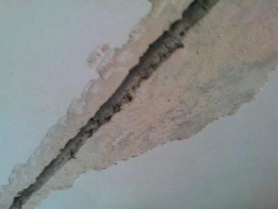 Как убрать трещины на потолке