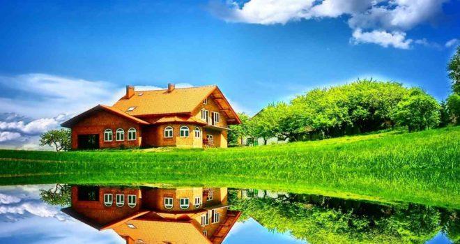 Строение дома возле водоема