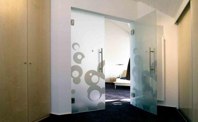Стеклянные двери