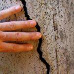 Трещины на поверхности потолка и стен