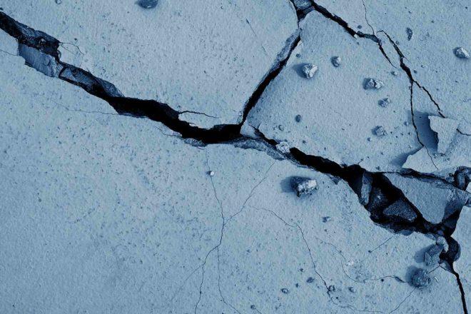 Трещины на поверхности потолка и сте