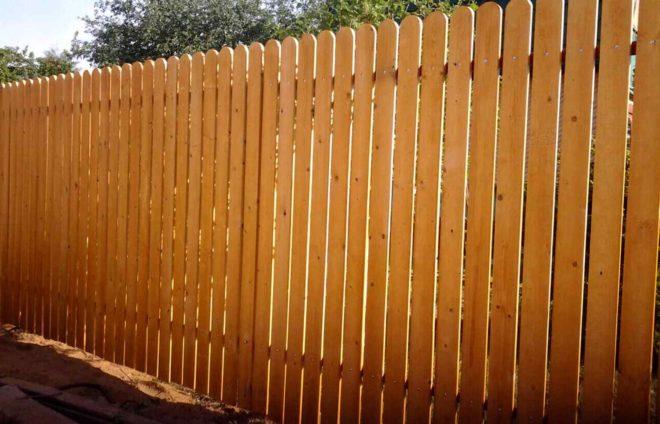 Какой забор дешевле деревянный или из профнастила