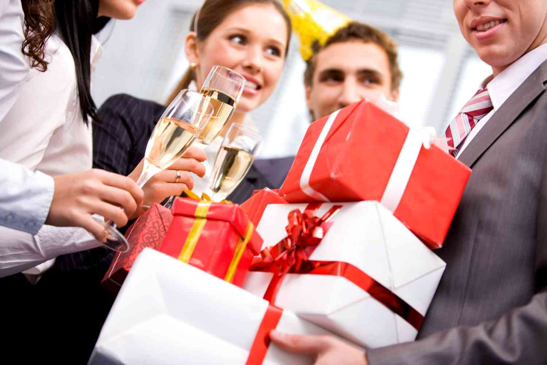 Как дарить подарки на работе 170