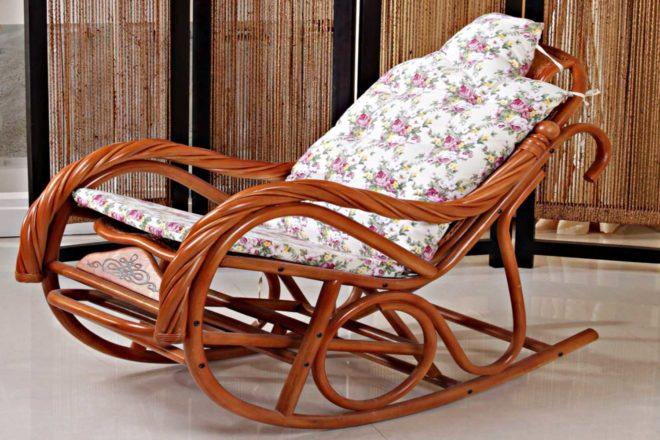 кресло-качалку из ротанга
