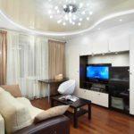 Преимущества натяжных потолков в гостиной