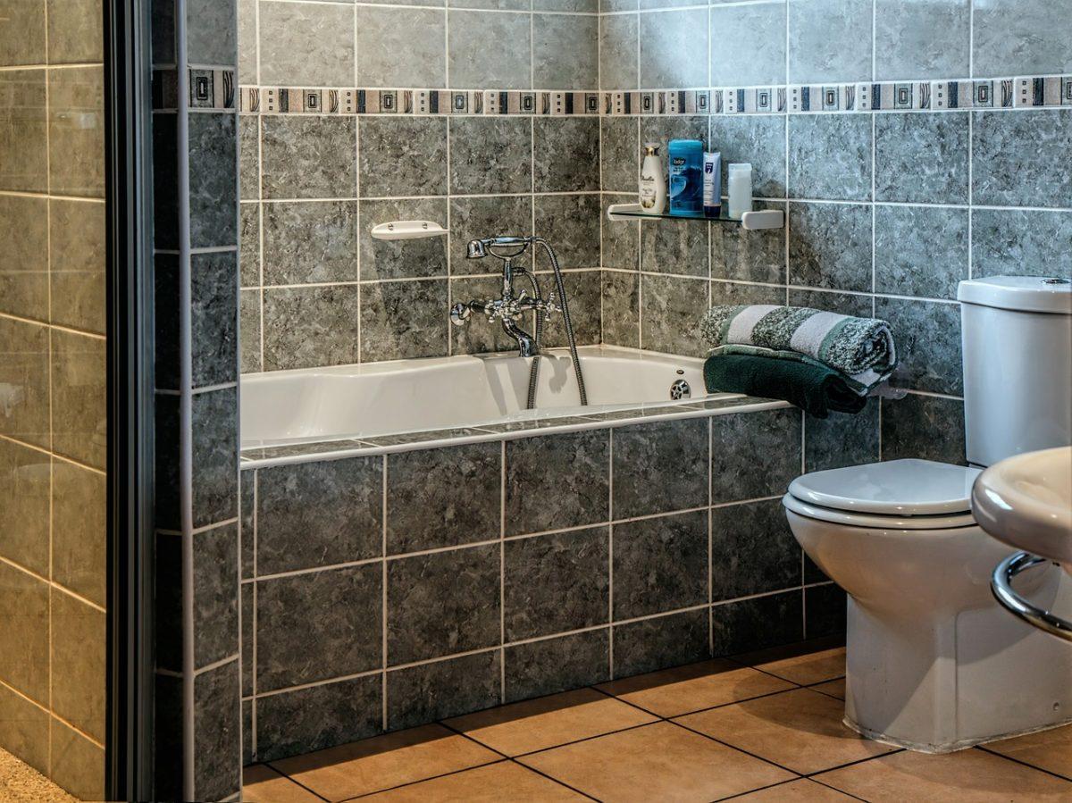 Как выложить кафелем ванную комнату