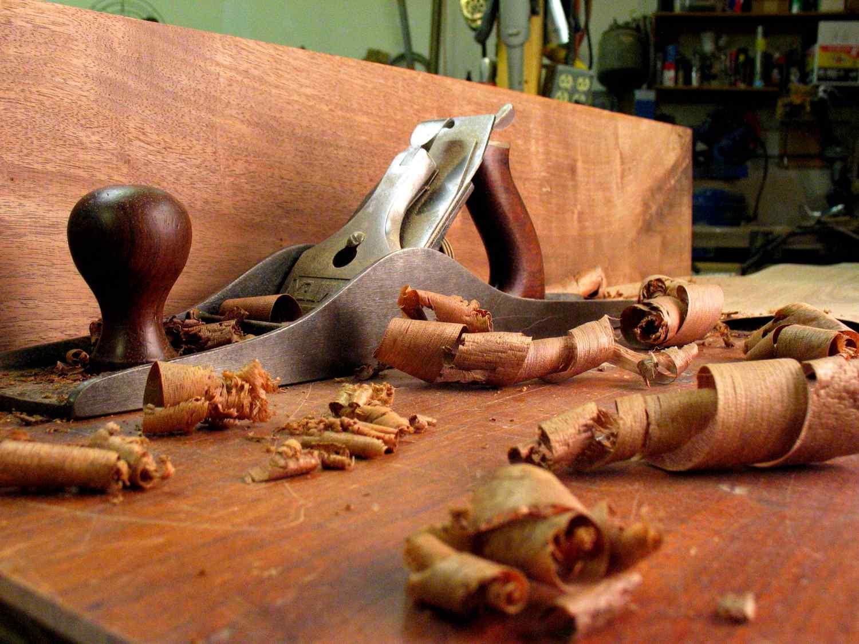 Деревянные украшения и мебель из натурального дерева