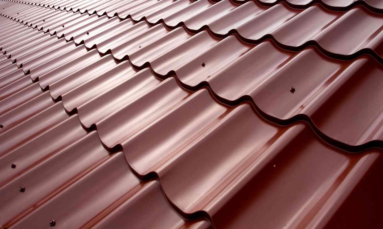 Крыша из металлочерепицы: применение, достоинства, недостатки