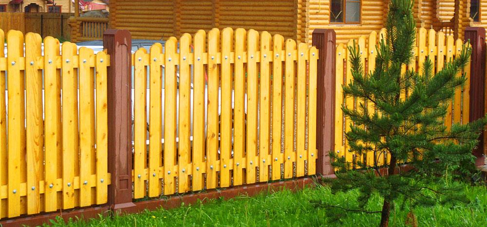 Особенности работы с древесиной при строительстве забора из дерева